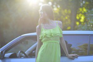 車に触れている女性