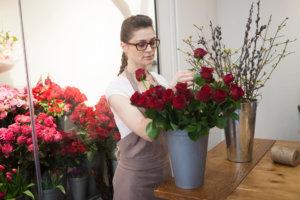 薔薇を選んでいる女性店員