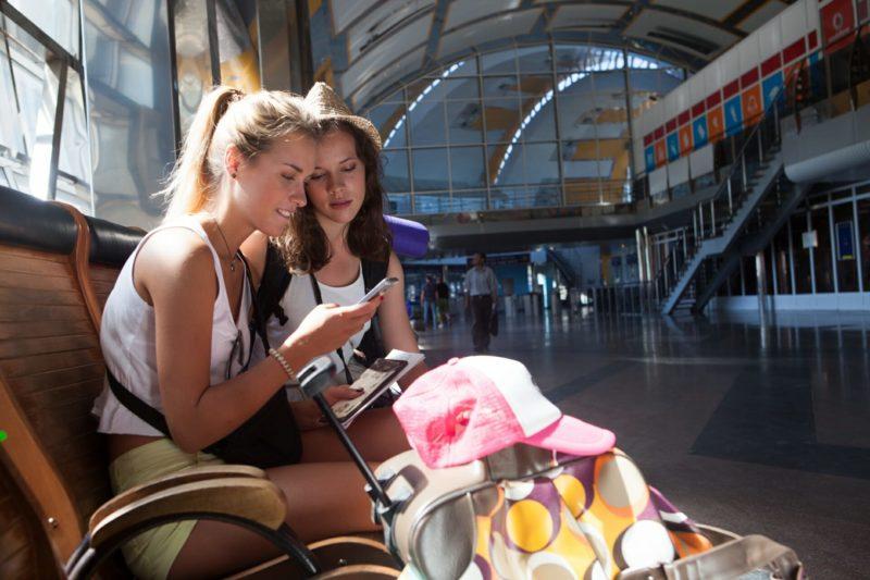 空港のロビーにいる女性達