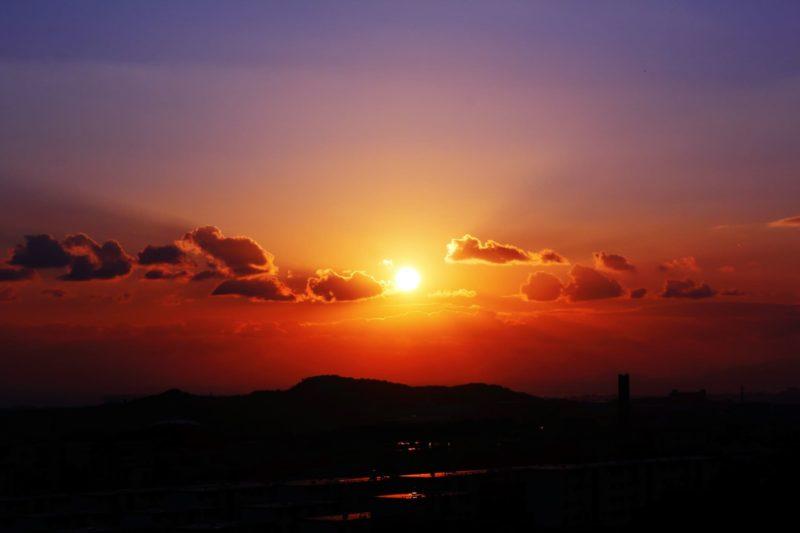 夕日と山の風景