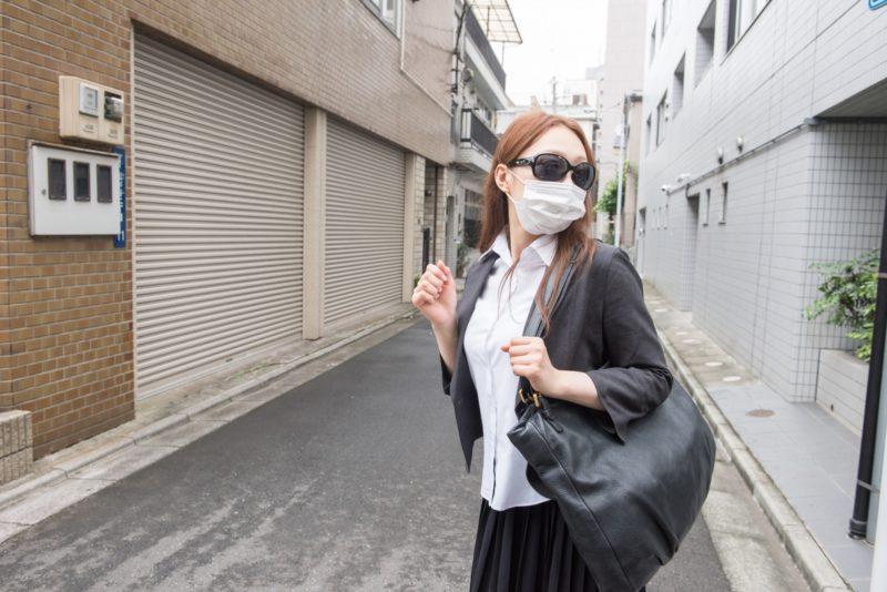 紫外線対策マスクとサングラスの女性
