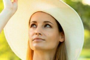 紫外線対策帽子の女性上向き