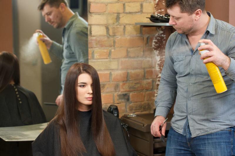美容室で髪のセットをしてもらっている女性