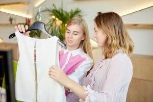 買い物をする女性2人