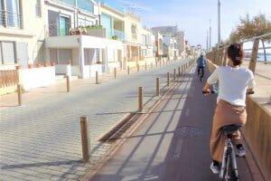 自転車に乗る女性1