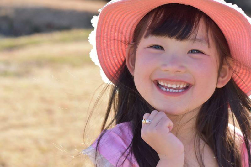 ピンク色の帽子を被った女の子