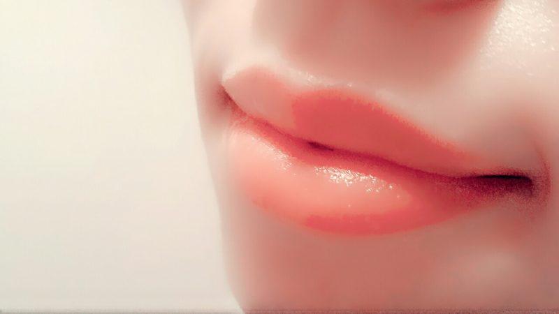 女性の潤った唇・一部