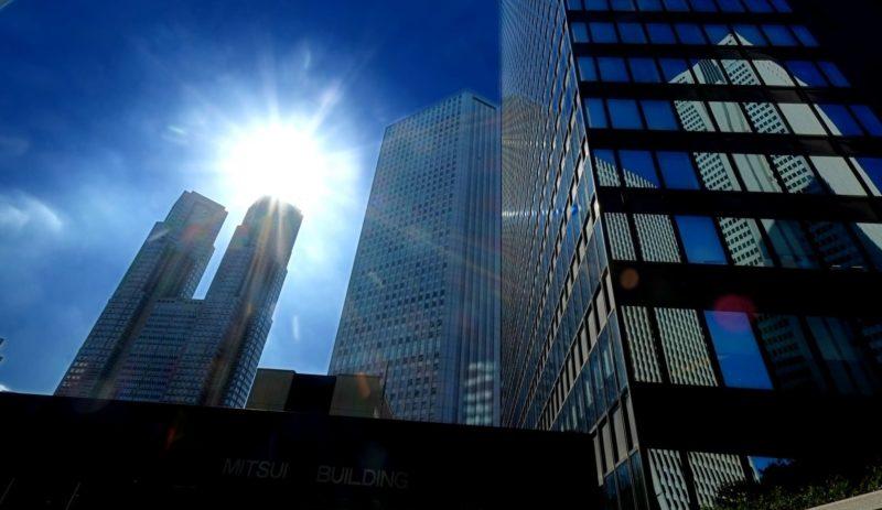 ビル街に降り注ぐ太陽光