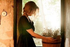 植木鉢を持っている女性