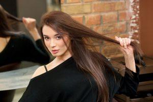 髪の毛を引っ張っている女性