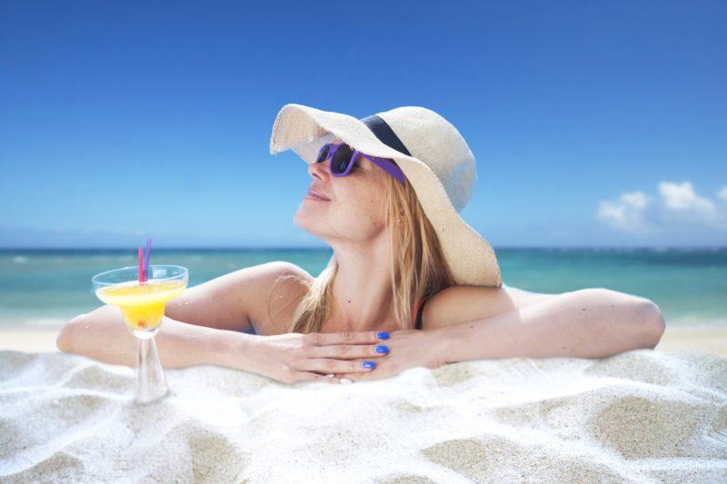 帽子をかぶって水着を着た白人女性