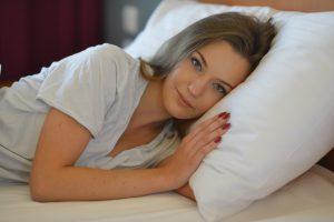 ベッドで目を覚ました女性