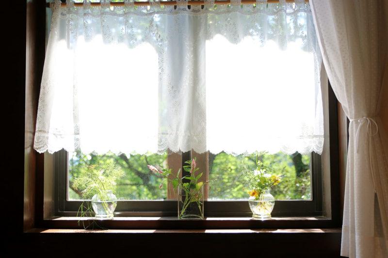 室内から見た窓際の画像