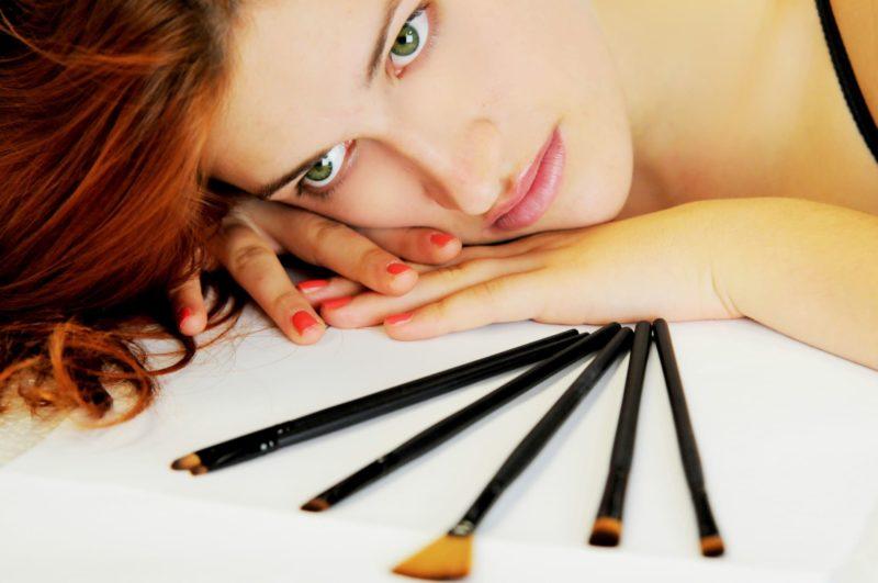 化粧した女性と化粧道具