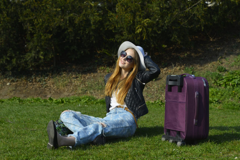 芝生でくつろぐ外国人女性