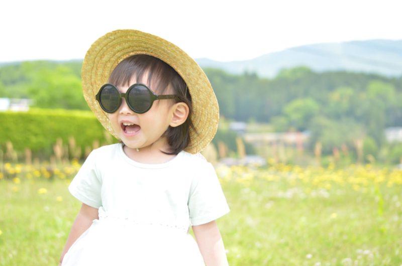 帽子とサングラスをかけている女の子