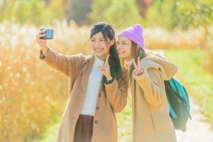 写真を撮っている女性2人