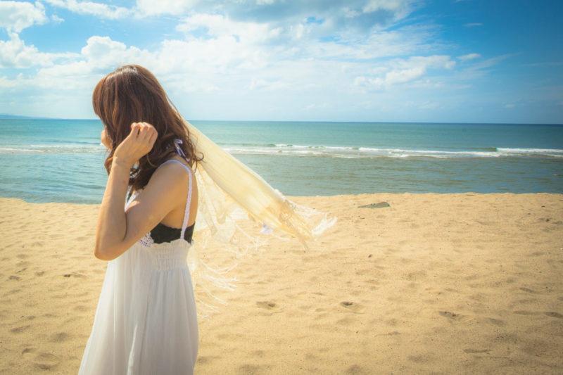 浜辺にいるワンピースの女性