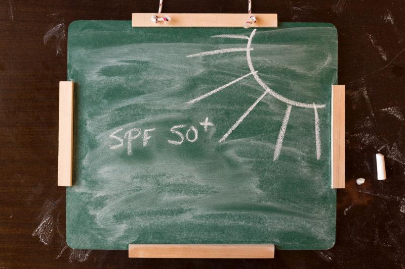 黒板に書かれた太陽の絵とSPF+の文字