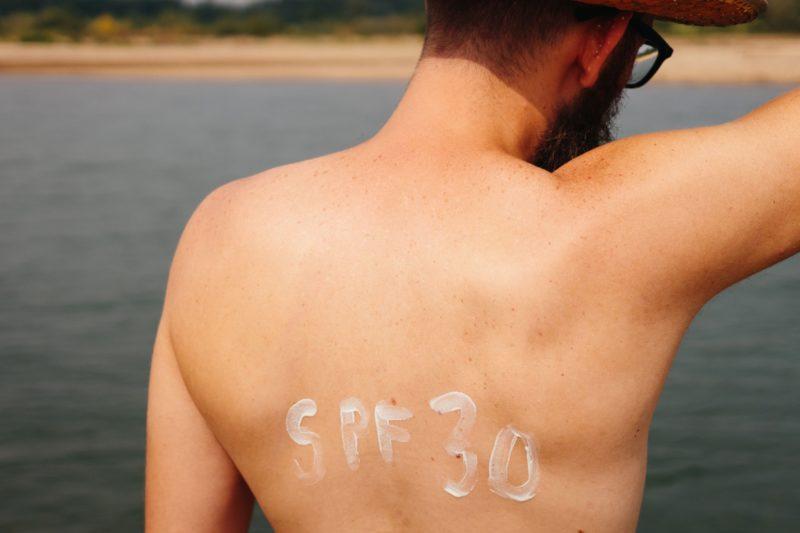 SPFメインの日焼け止めクリームを塗った男性