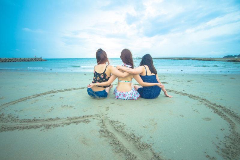 浜辺にいる仲良し3人組