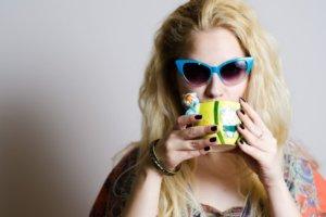 紫外線 サングラスをかける女性