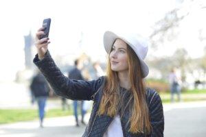 スマートフォンで写真を撮っている外国人女性