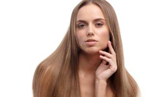 頬に手を当てている長髪の外国人女性
