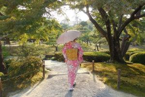 日傘を差している着物の女性
