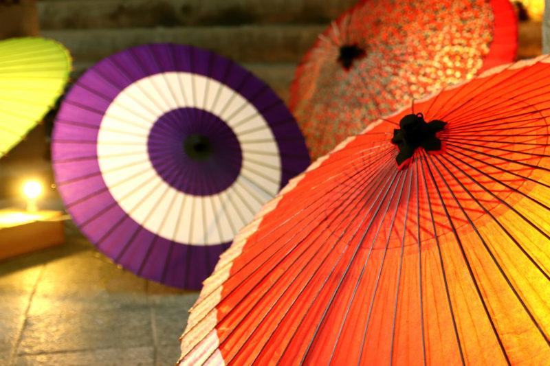 光が透けて見える和傘