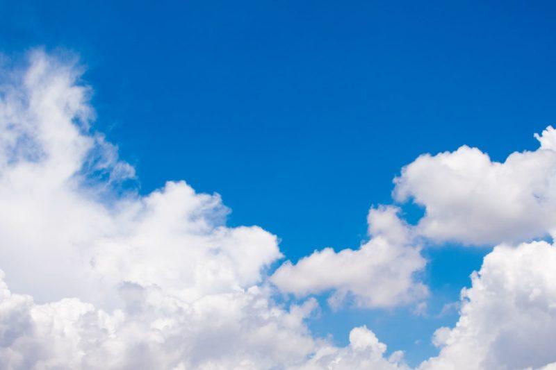 昼間の雲がかかっている空の画像