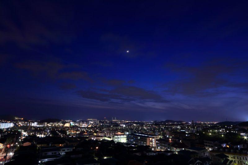 月が出ている夜空の画像