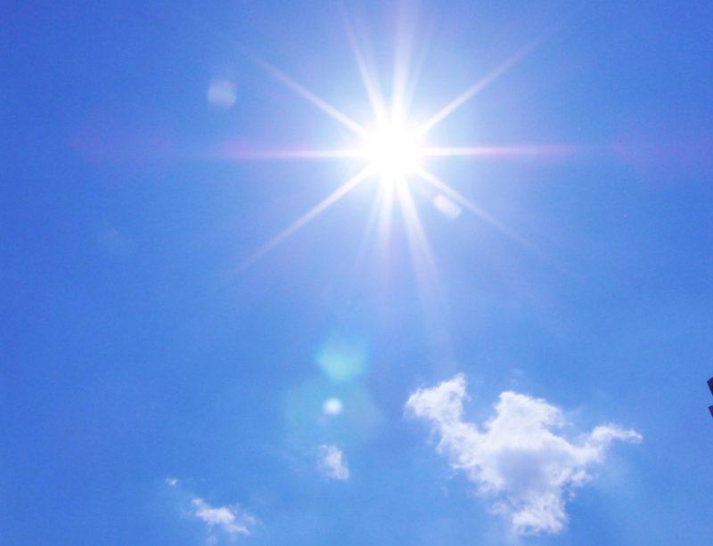 ほぼ快晴の青空に太陽の光が差している