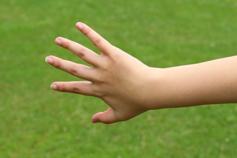 女性が腕を伸ばし手を開いている