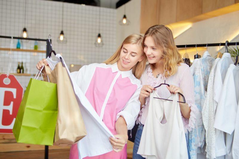 女性二人が楽しそうに買い物をしている写真
