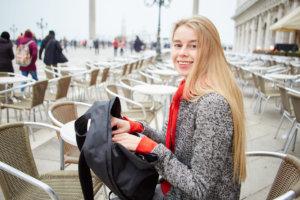 旅に出ようとしているツイードジャケット着た女性