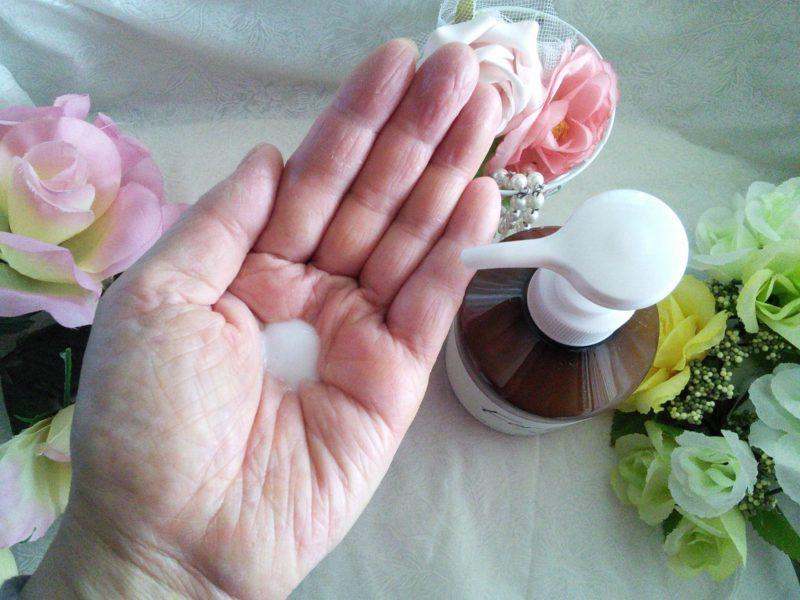 乳液をポンプから手に出している写真