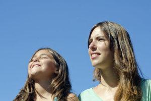 快晴の青空を眺めている母と娘
