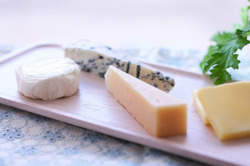 トレーに乗った4種類のチーズ盛り合わせ