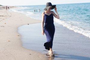 海辺を歩く外国人女性