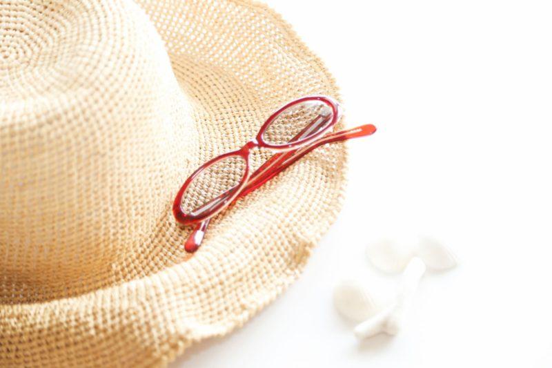 麦わら帽子と赤いサングラス画像