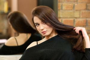 紫外線対策徹底黒髪の外国人女性