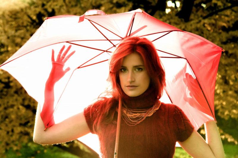 赤い日傘をさす外国人女性