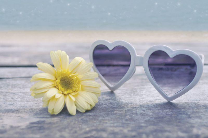 ハートのサングラスと花