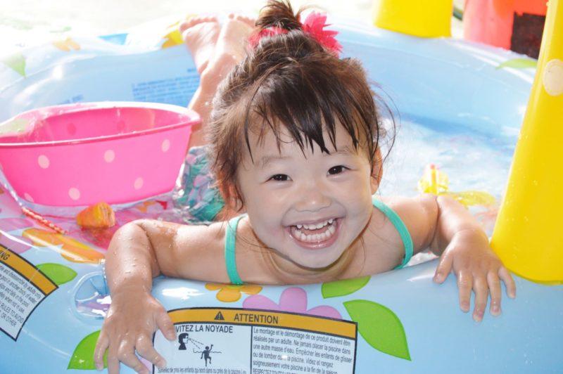 プールで遊ぶ浮き輪の女の子