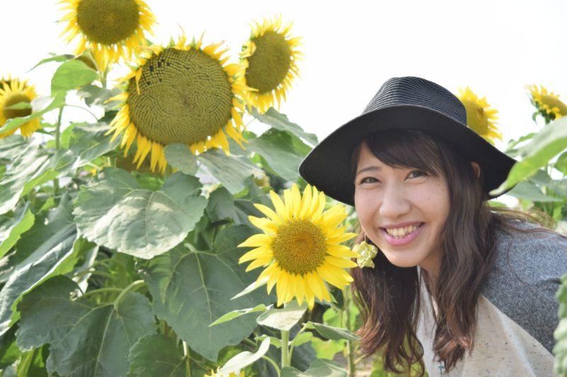 向日葵と女性