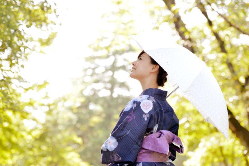 日傘を差している浴衣の女性