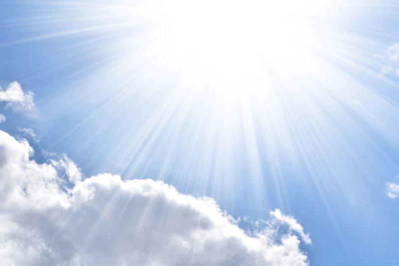 降り注ぐ太陽光と雲