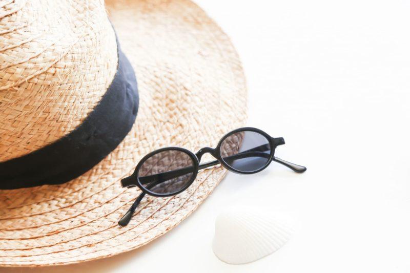 帽子とサングラスと貝の画像
