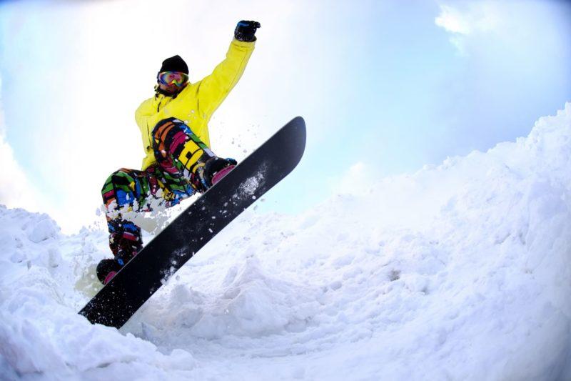 スノーボードを楽しむ人